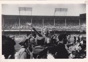 Marilyn, la mamá de las bombas sexi, causa furor en el estadio