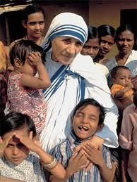 Madre Teresa, frágil, fuerte en Dios: abrazó a Cristo, abrazó a toda la humanidad, sobre todo a la sufriente (que es toda...)