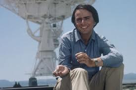"""Carl Sagan, con una parabólica atrás: éste es el inventor de la búsqueda de extraterrestres mediante las ondas electromagnéticas, para """"demostrar que Dios no existe"""""""
