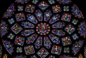 Vitral de la Catedral de Chartres, imponente obra de arte. En el centro, el centro del existir, al rededor, el Espíritu Santificador, en la parte de arriba...