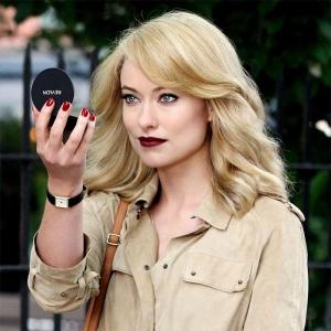 """La """"modelo"""" se presenta, contemplando su propia belleza: tienes que pensar: """"con este lápiz labial soy un atraco a mano armada"""""""