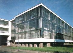 """El """"modelo"""" arquitectónico de Gropius, el actual, pura funcionalidad, geometría, materialismo: cajas con vidrios, ninguna remisión al sentido infinito. Así se extrañan de que haya tanto drogadicto..."""