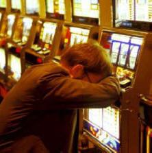 Un apostador compulsivo se lamenta, luego de perder enormidades, en una serie infinita de probabilidades altamente adversas