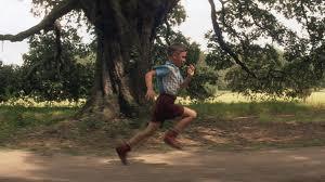 Un milagro hace que Forrest corra y es impulsado por su amor, su velocidad le abre las primeras puertas, luego vendrán muchas más
