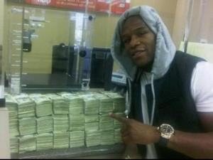 Mayweather Jr. con una montaña de billetes verdes... un sueño, ah... una pesadilla de mundo material y de divertimento