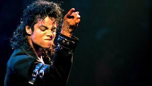 Michale Jackson, gran artista, presa de mil vicios y fragilidades, de la monstruosidad, inclusive: un dios pop víctima de su deidad