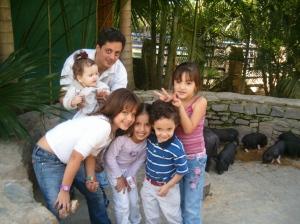 Carlos Julio Casanova Guerra, yo, con sus tres hijos y una hija de Alfredo y otra amiga, hace seis años, en Expanzoo, en Caracas. Esto es la rebelión de la esencia, la alegría, con la familia, con los amigos, con Dios, en santidad, resistiendo a la revolución en el amor y la verdad