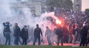 Así te tratarán los tolerantes, cuando quieras defender el bien; así lo han hecho en Francia... y eto no es nada, están, apenas, calentando los motores