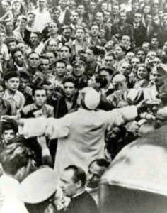 Quizás, la persona que más vidas de un genocidio ha salvado en la historia de la tierra, Pío XII, terriblemente calumniado. Aquí está la imagen de ese frío e inhumano pontífice, que pinta Saul Friedlander