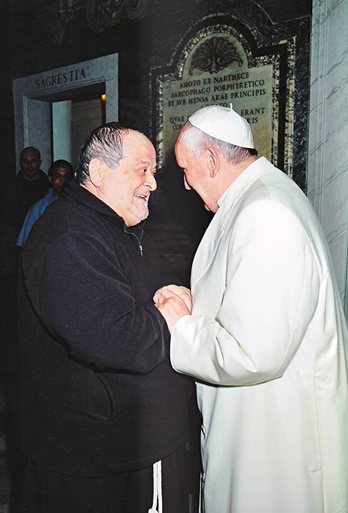 El padre Fidenzio Volpi con quien le dio el encargo, esperemos que la maldad, ya confesa, no haya estado incluida en el mismo