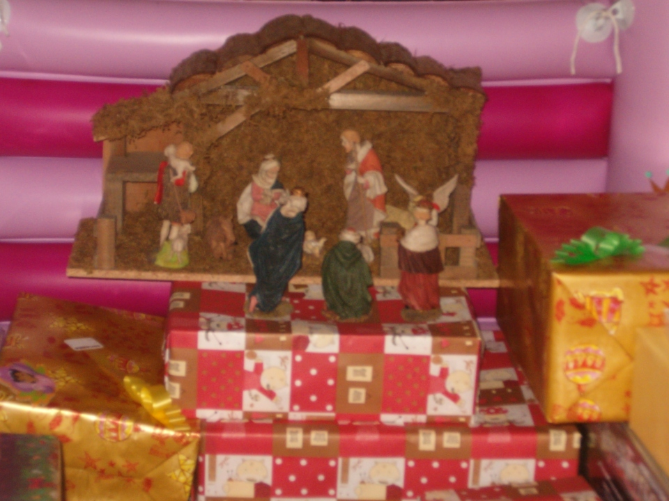 Navidad 2006. En mi casa, la Sagrada Familia se yergue sobre los regalos traídos por el Niño Jesús. La generosidad de Dios se refleja y se expresa en la Familia y las tradiciones cristianas