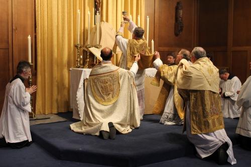 La Elevación Mayor, momento de suma solemnidad, el sacerdote presenta al salvador y lo eleva. El universo caería inmediatamente, si cesaran las misas