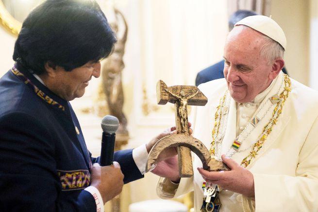 La imagen del pontificado: Francisco y Evo con lo que los une: la hoz y el martillo; en pleno disfrute fraternal, revolucionario