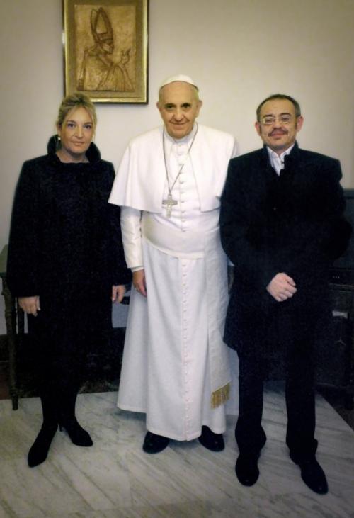 """Francisco con la señora """"Diego"""" y su """"señora"""", en enero. Imagen divulgada juto antes del sínodo"""