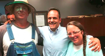 Matt Bevin, nuevo gobernador de Kentuky, con Kim Davis y su esposo Joe. Asco, Red necks, dicen los tiranos en Nueva York, Washington, Los Angeles. En verdad, héroes...