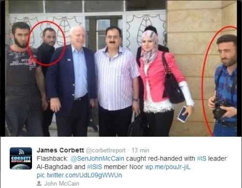 John McCain con su pana Abu Omar Al-Baghdadi, jefe del ISIS. McCain dice que los rusos están atacando a sus panas de Al Qaeda, que son malos