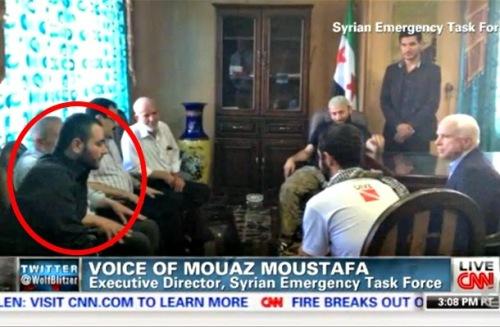 John McCain, senador estadounidense, antiguo candidato presidencial, departiendo con sus amigos, entre ellos, dentro del óvalo, Al-Baghdadi, el califa del ISIS