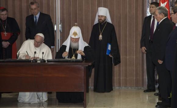 Francisco y Cirilo firman la infausta declaración (foto de: cubadebate.cu)