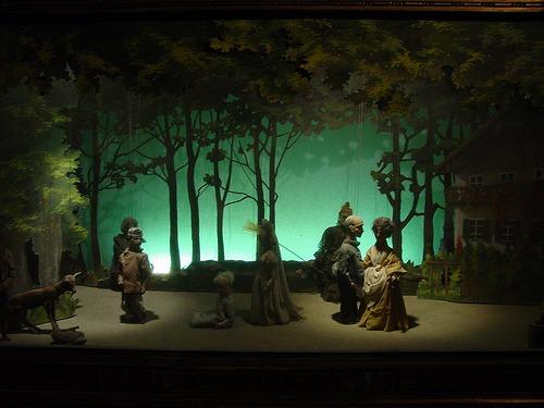 La vida es un teatro, con claroscuros. Dios la dirige, seguro, pero no somos marionetas, somos actores (foto de la página sobreaustria.com)