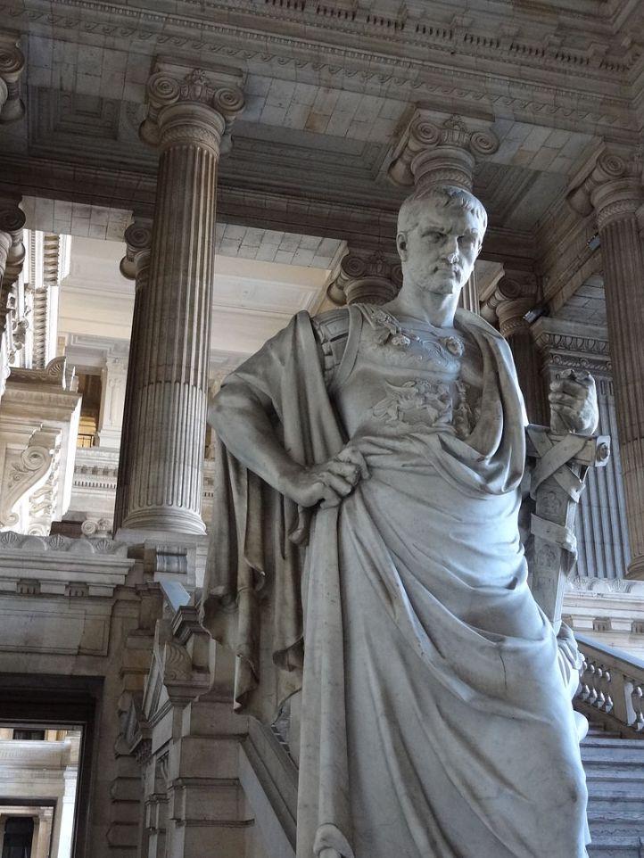 Jurisconsulto Ulpiano, según Kelsen, él, Papiniano, Paulo, Pomponio, Gayo y todos sus colegas de los siglos y las civilizaciones son unos perturbadores del derecho, de la ciencia. Ahí tienen, eso debería bastar