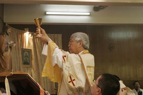 El valiente cardenal Zen, celebrando la misa a la manera tradicional. Él es quien ha sonado las alarmas
