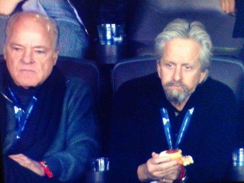 Gordon Gekko-Michael Douyglas, con Henry Kravis, la inspiración de su personaje, en el Super Bowl de 2014: pura depredación (foto credit: http://www.businessinsider.com/henry-kravis-michael-douglas-super-bowl-2014-2)