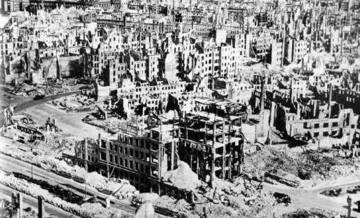 Dresde, destruida por gringos e ingleses, miles de civiles muertos, miles de viviendas destruidas y ya Alemania estaba derrotada