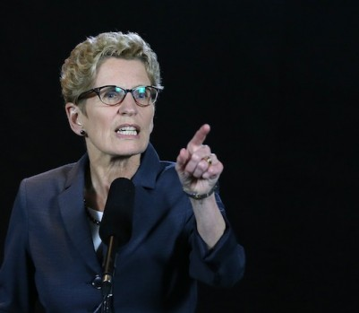 Kathleen Wynne, premier de Ontario. Por una mujer destruyó su familia, la vida de cada uno de sus miembros, ella incluida. Ahora, quiere imponer un régimen educativo en el que la pornografía y la perversión se imparten a niños de 5 años, un programa realizado por un pedófilo convicto y confeso, Benjamin Levine
