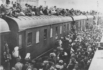 Militares soviéticos obligan a la clase media ucraniana a montarse en trenes de la muerte; militares soviéticos cuidan centro de acopio para que la gente no pudiera conseguir la comida que ella misma había cosechado